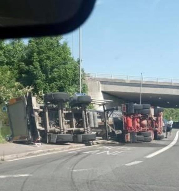 Brighton A270 lewes Road Eastbound overturned Hgv